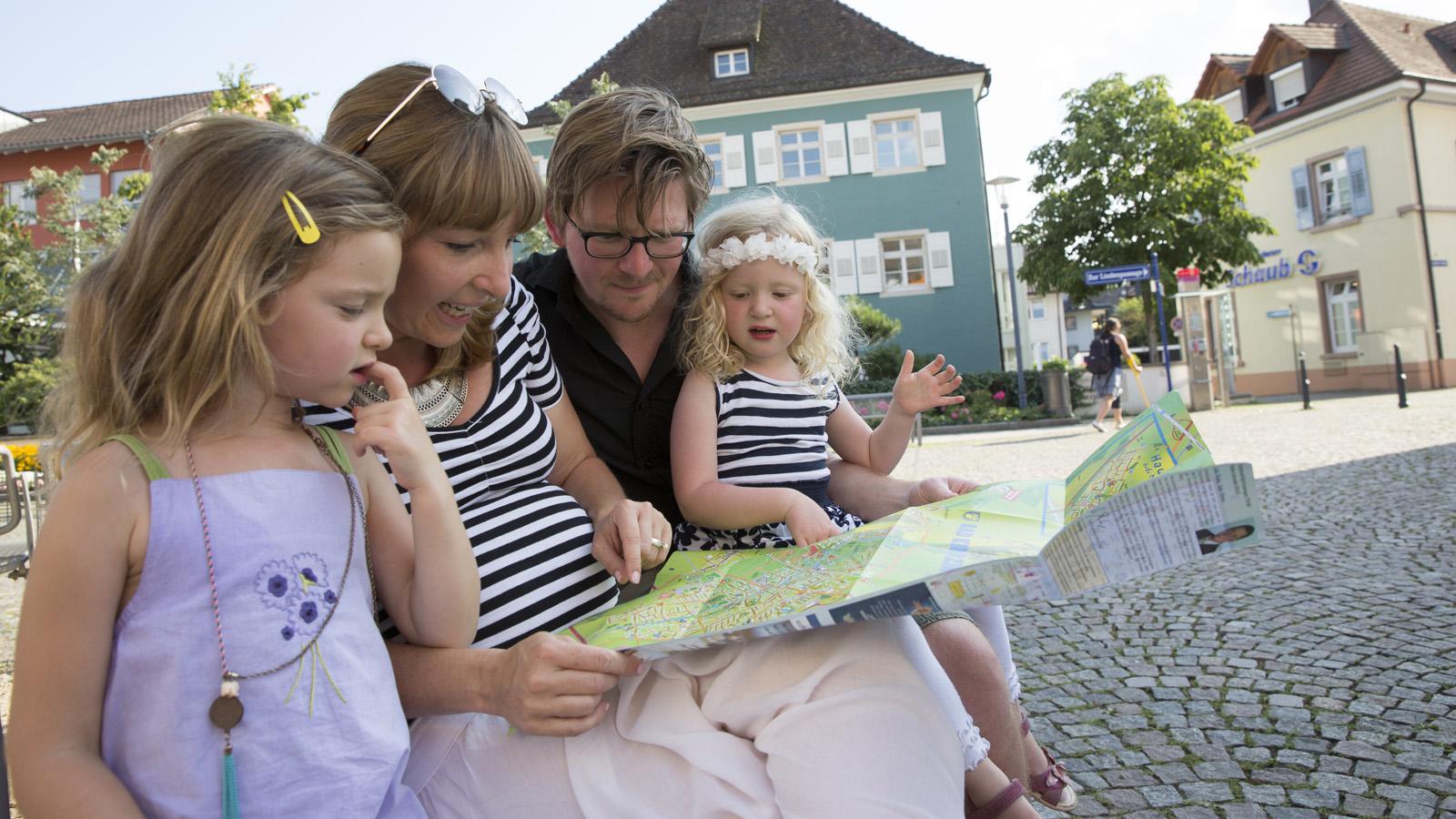 Bild von einer Familie mit dem Stadtplan
