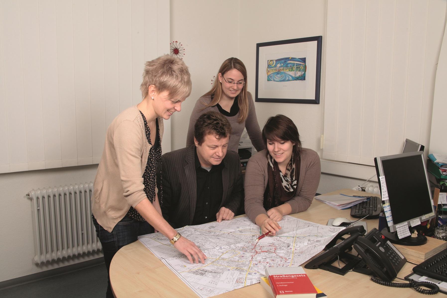 Bilder Mitarbeiter erklären Azubi einen Bauplan