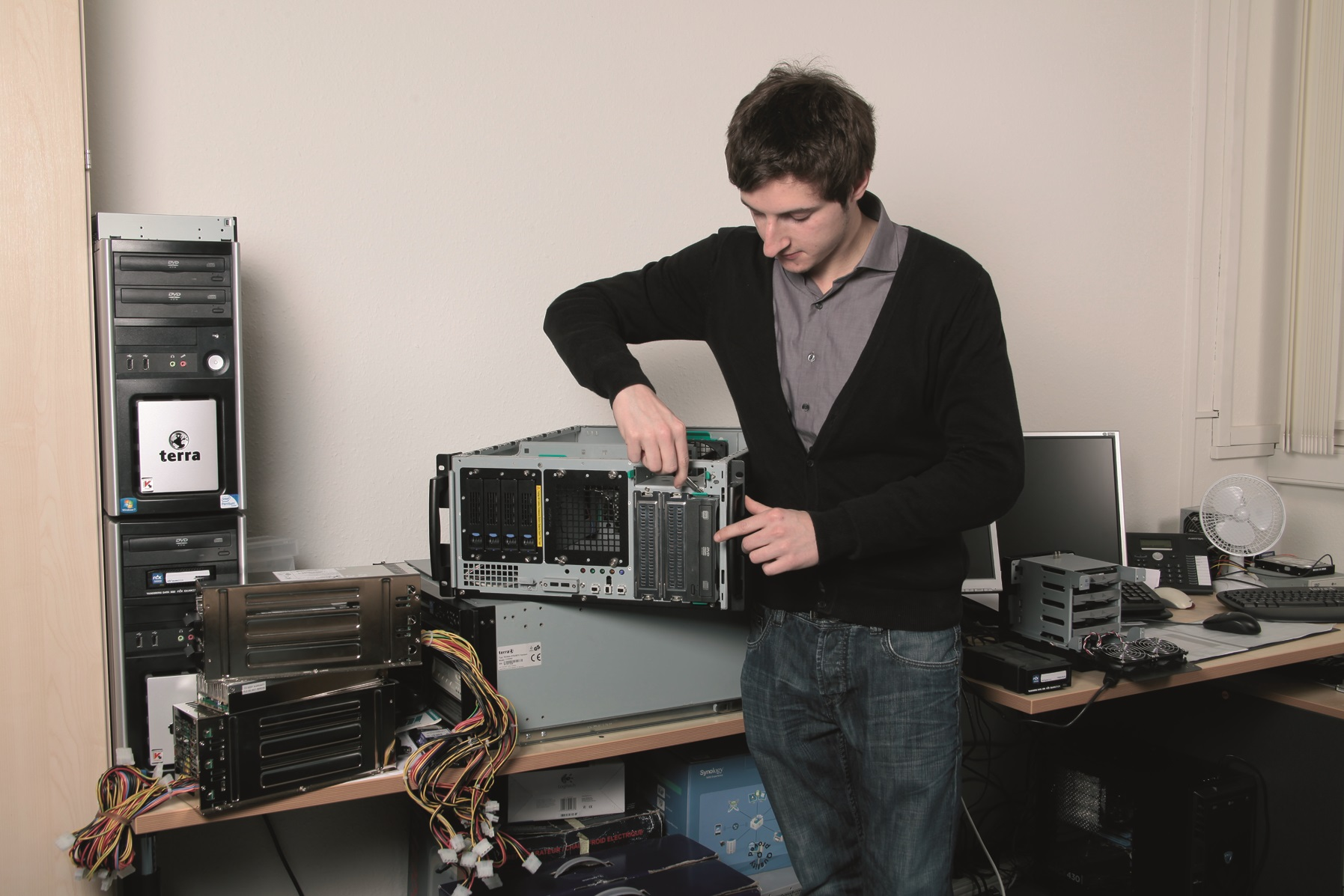 Bild Mitarbeiter der IT repariert einen Computer