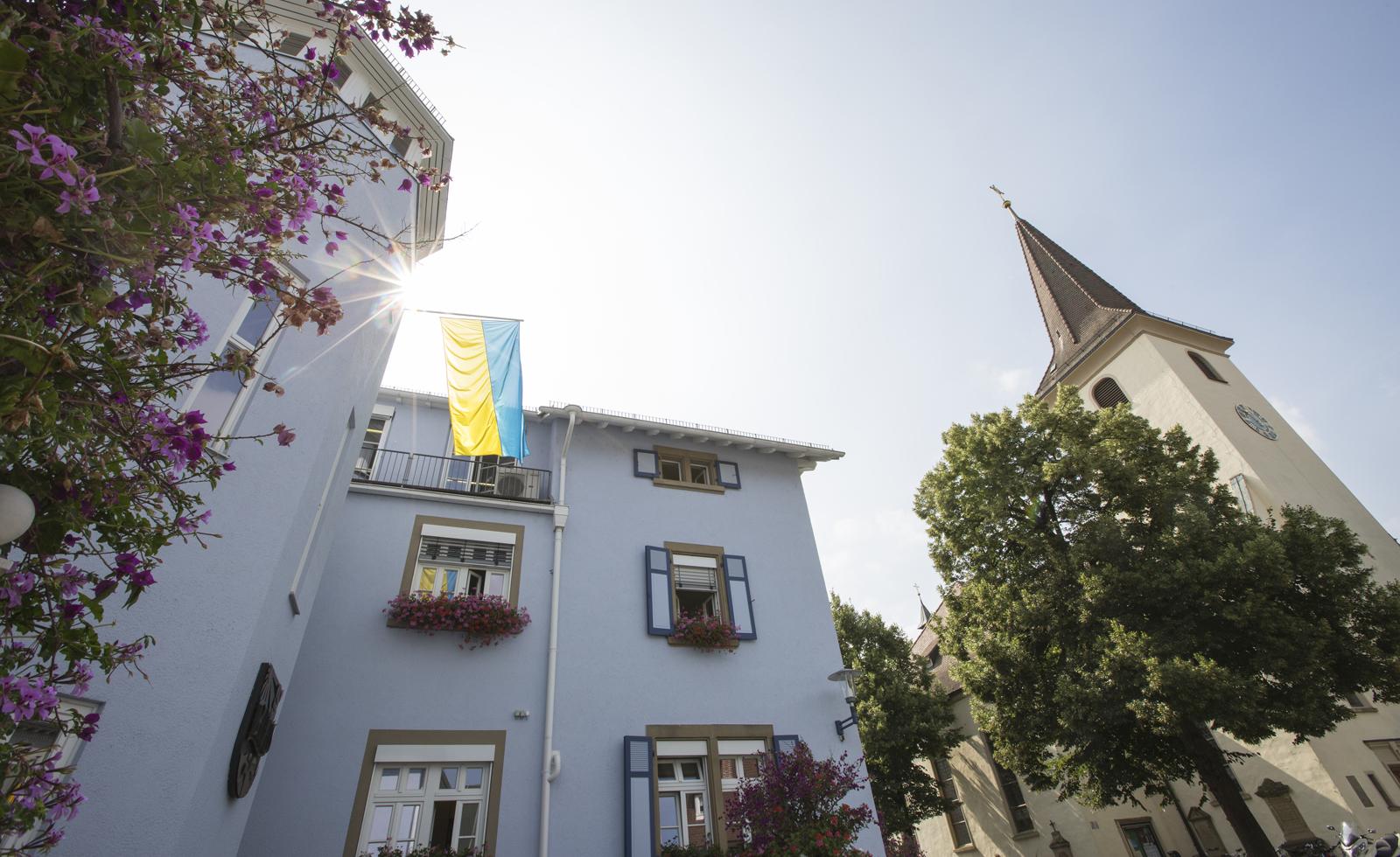 Bild vom Bad Krozinger Rathaus mit der Kirche im Hintergrund