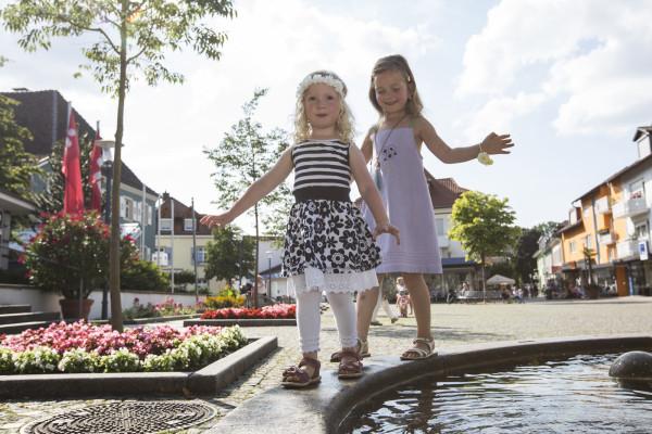 Bild von zwei Kindern am Brunnen