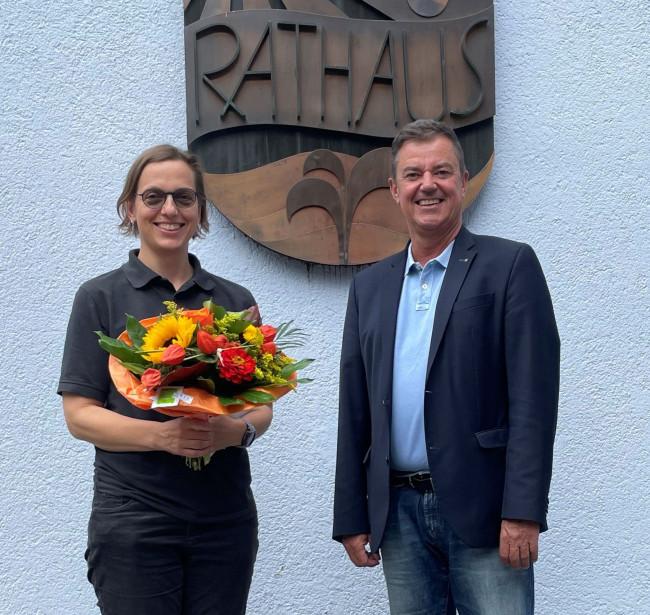 Bürgermeister Volker Kieber bedankt sich bei Dr. Gisa Weißgerber für das Engagement in der Corona-Pandemie